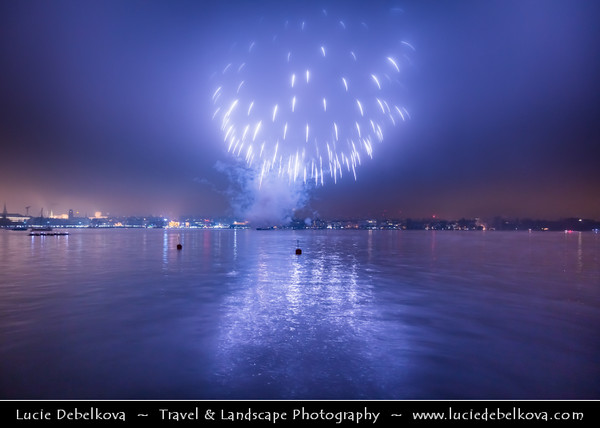 Europe - Switzerland - Swiss - Zürich - New Years Fireworks on Lake Zürichsee - Zürisee - Zürichsee
