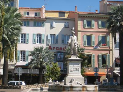 statue_buildings