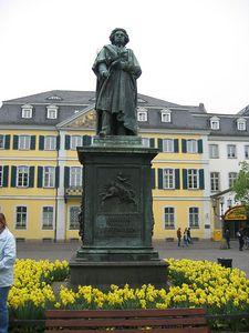 statue_yellow