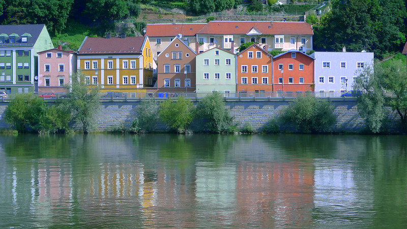 There is a cycling path along the river bank ll the way from Passau to Vienna.