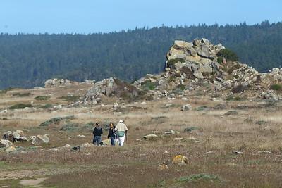 E21G1245 Ana, Riley & Vic hiking along the Coast