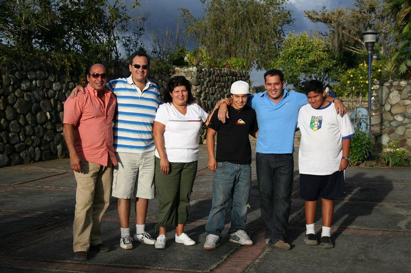 The whole gang.<br /> <br /> Todo el grupo.