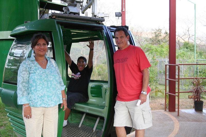 Ready to take a sky tour of a nearby nature park.<br /> <br /> Listos para tomar un tour aereo de un parque natural cercano.