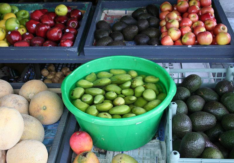 Fruits of the local market.  You find mangos everywhere in Costa Rica!<br /> <br /> Frutas del mercado local.  Uno encuentra mangos en todo lugar en Costa Rica!