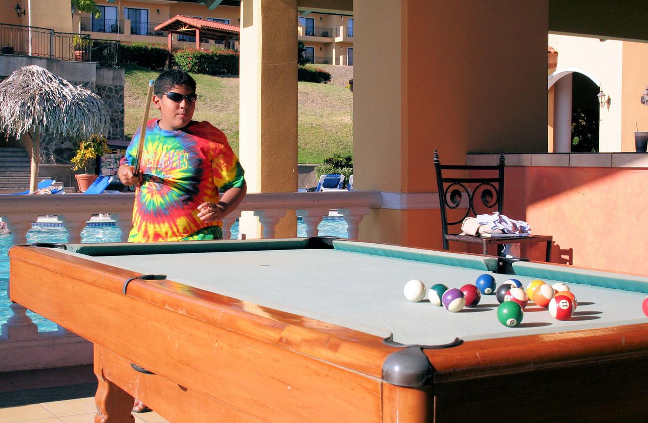 Alright, let me work the fries out by playing a very dynamic game of pool...  <br /> <br /> Ok, dejame quemar las calorias de las papitas jugando un muy dinamico juego de billar...