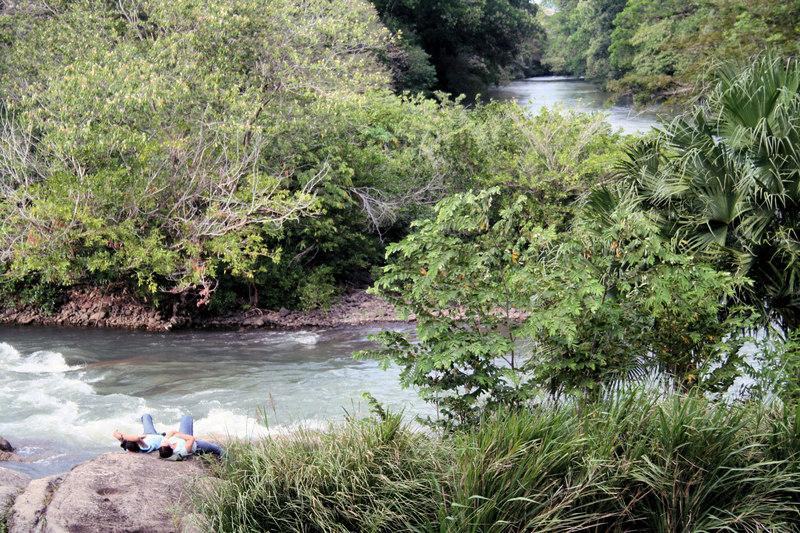 A couple enjoys the sounds of the river.<br /> <br /> Una pareja disfruta de los sonidos del rio.