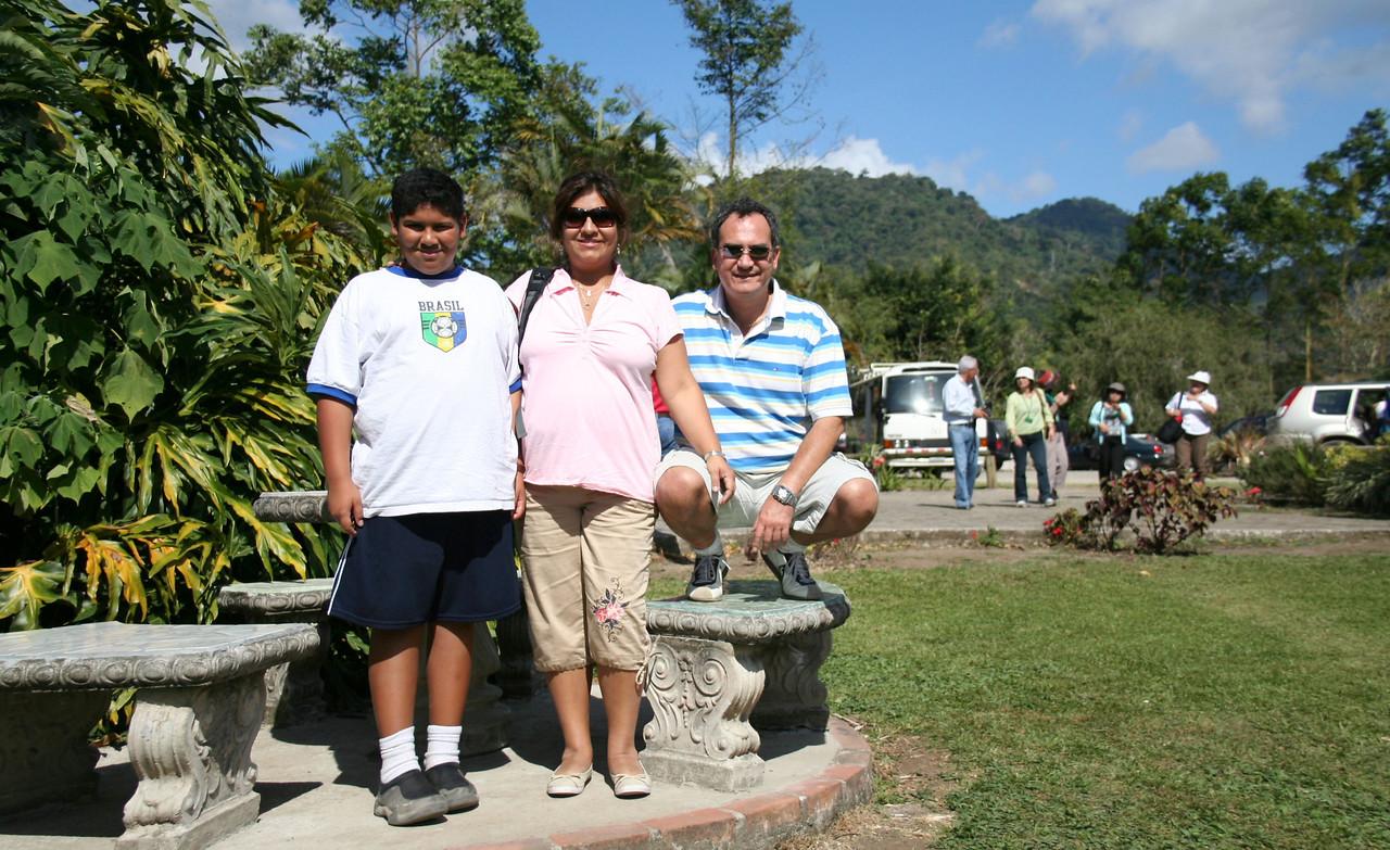 The happy family.<br /> <br /> La familia feliz.