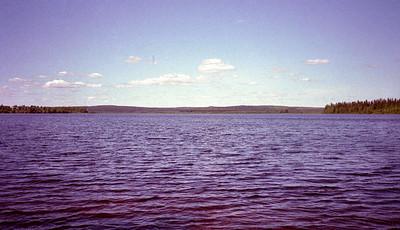 Bij mooi weer zijn de meren blauw