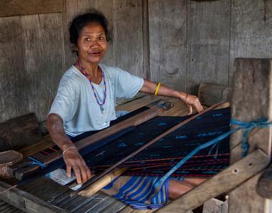 Weaving tradional rug in Luba village