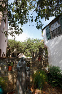 Statues at the Oldest House