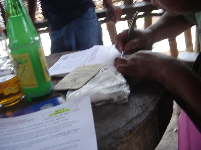 Esto es mi madre que firma mi aplicación de beca. <br /> (This is my mother signing my scholarship application.)