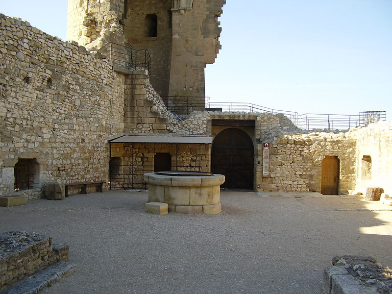 Châteaurenard, the courtyard of the castle.