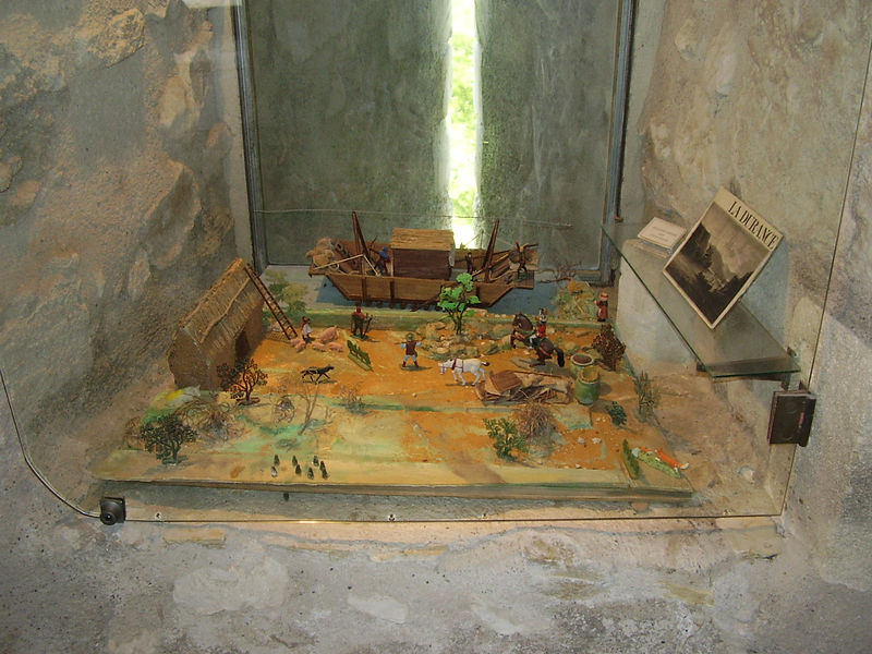 A diorama of medieval life set into the archery stations in the castle at Châteaurenard.