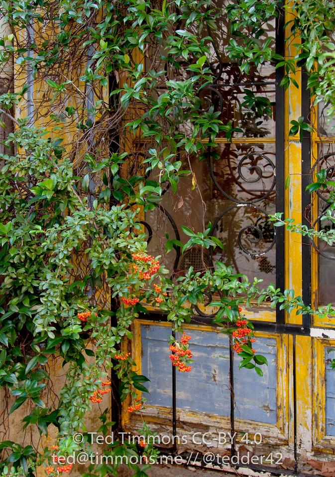 colorful entryway in Vaison-la-Romaine