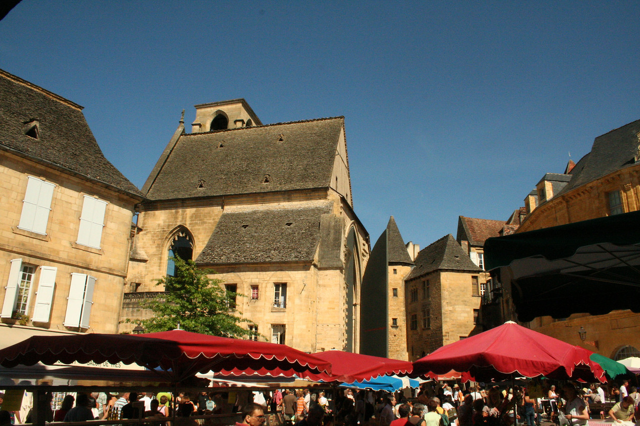 "<a href=""http://linden.smugmug.com/Travel/France-August-2009/Sarlat/9455638_xDtHJ#634343840_mxCtt"">http://linden.smugmug.com/Travel/France-August-2009/Sarlat/9455638_xDtHJ#634343840_mxCtt</a><br /> <br /> The thing that most surprised us was that at midday the market starting closing up! We had expected to go on all day and even into the evening. We had even thought about going somewhere else first and coming on to Sarlat in the afternoon but fortunately decided to go early in the morning"