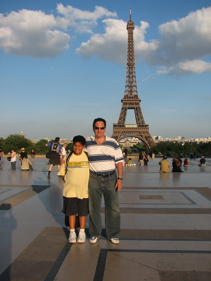 With the Eiffel Tour in the background.<br /> <br /> Con la torre Eiffel en la espalda.