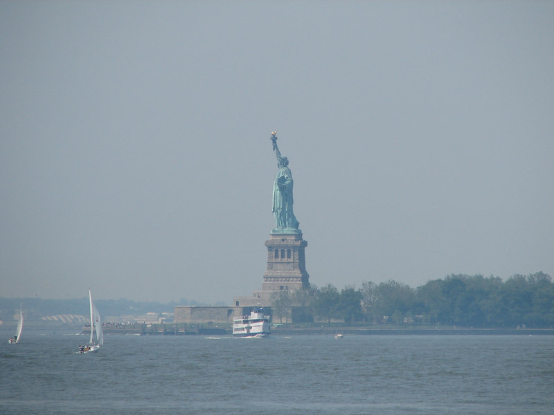 We caught a glimpse of the Statue of Liberty from Battery Park.<br /> <br /> Pudimos captar la imagen de la estatua de la Libertad desde Battery Park