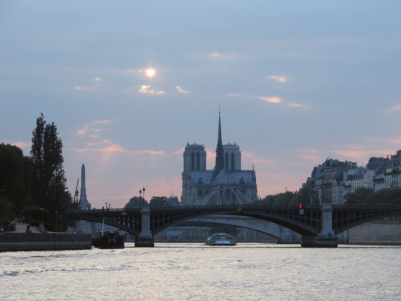 Beautiful shot of the Notre Dame from the Siene river.<br /> <br /> Hermosa toma de Notre Dame desde el Siena.
