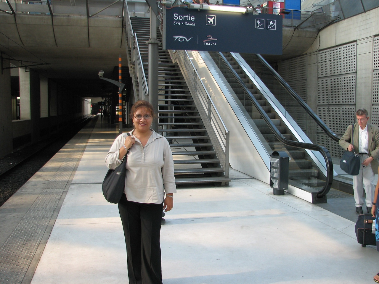 I am too happy to finally be in Paris.  Posing at the train station near CDG (airport).<br /> <br /> Yo tambien estoy feliz de al fin haber arrivado en Paris.  Posando en la estacion de tren cerca de CDG (aeropuerto)