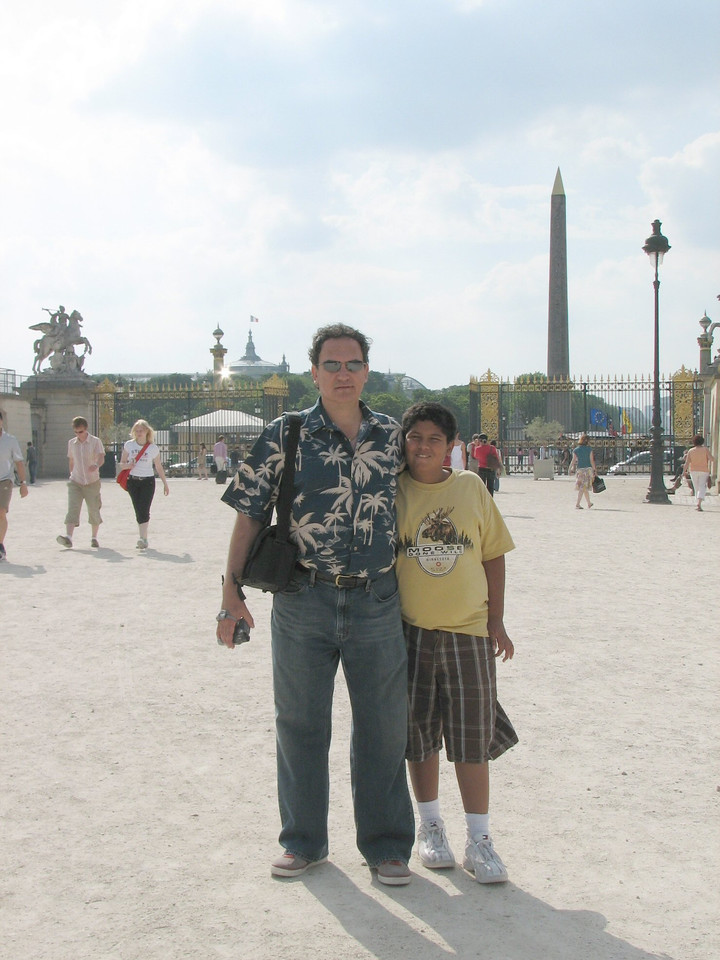 With the Place de la Concorde in the background.  <br /> <br /> Con la Plaza de la Concordia a las espaldas.