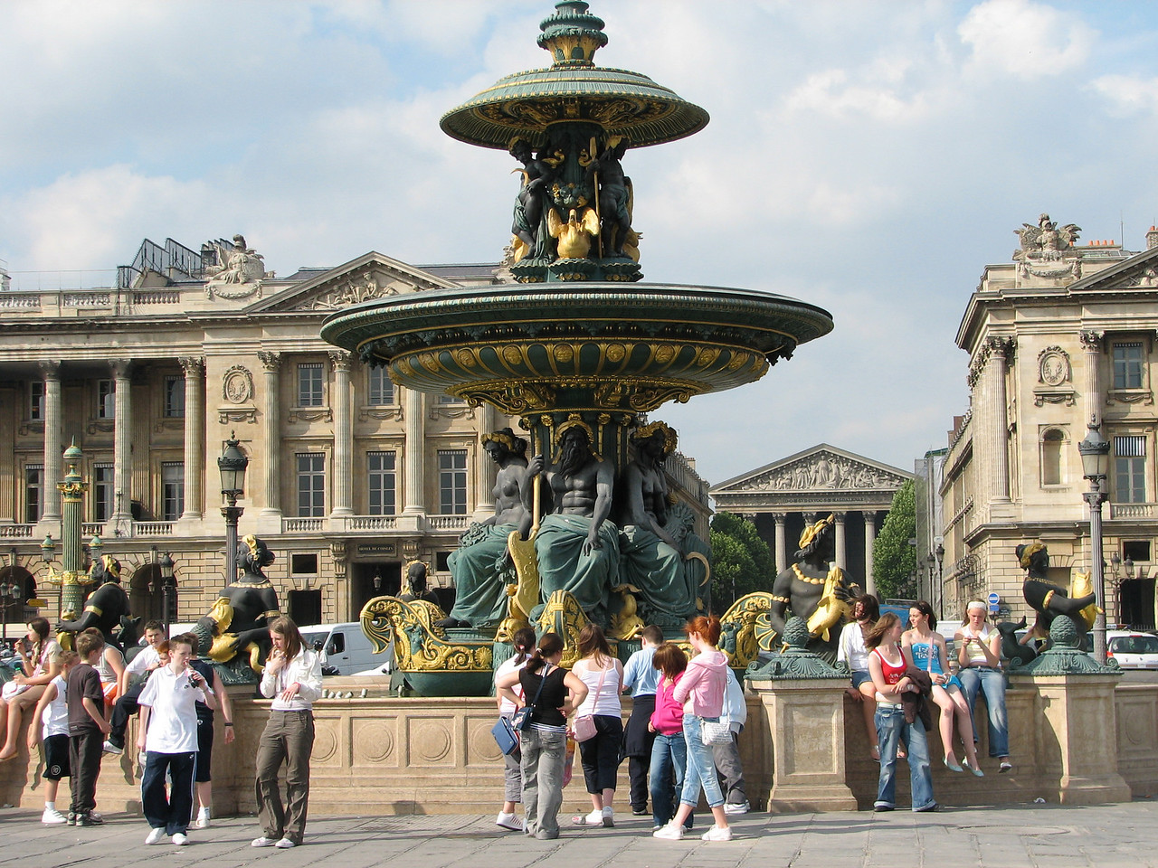 A shot of one of the fountains at the Place de la Concorde.  <br /> <br /> Una toma de la fuente de la plaza.