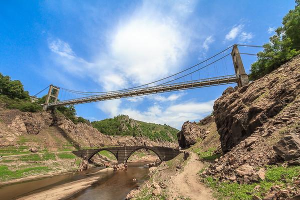 Pont suspendu et ancien pont Gothique de Tréboul au dessus de la Truyère et du barrage de Sarrans (Aveyron)