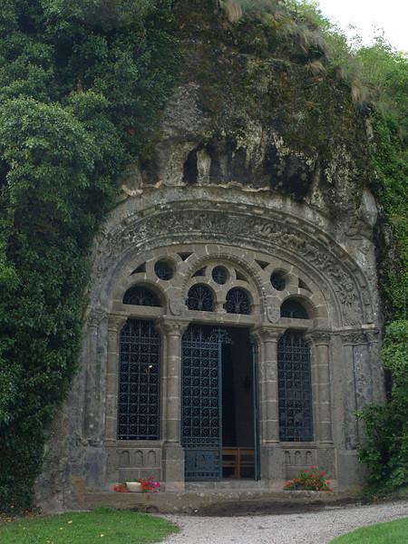 Capilla escabada en la roca de Fontanges