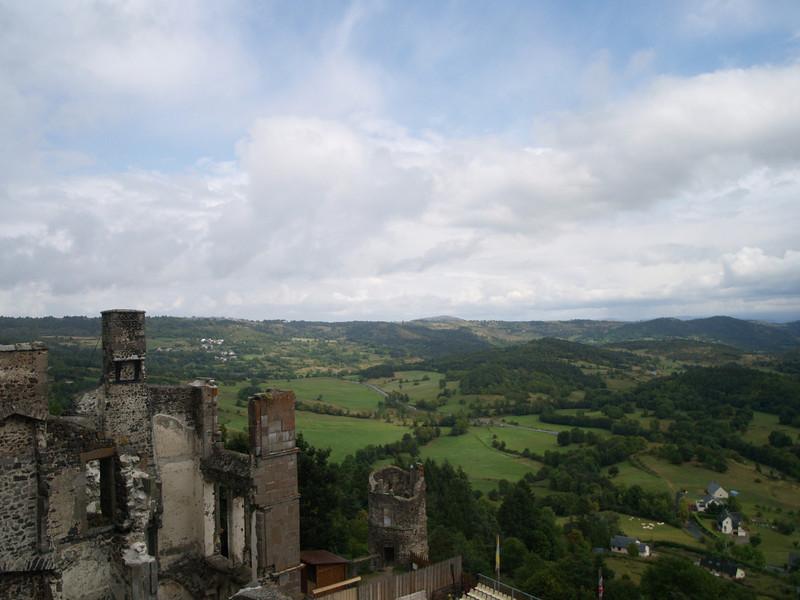 Vistas desde el castillo de Murol, construido en el siglo XII por la familia de Chambe. Está situado en la intersección estratégica de tres grandes rutas, describe un polígono irregular, haciendo coincidir las murallas con la prolongación de las rocas talladas frente al precipicio.