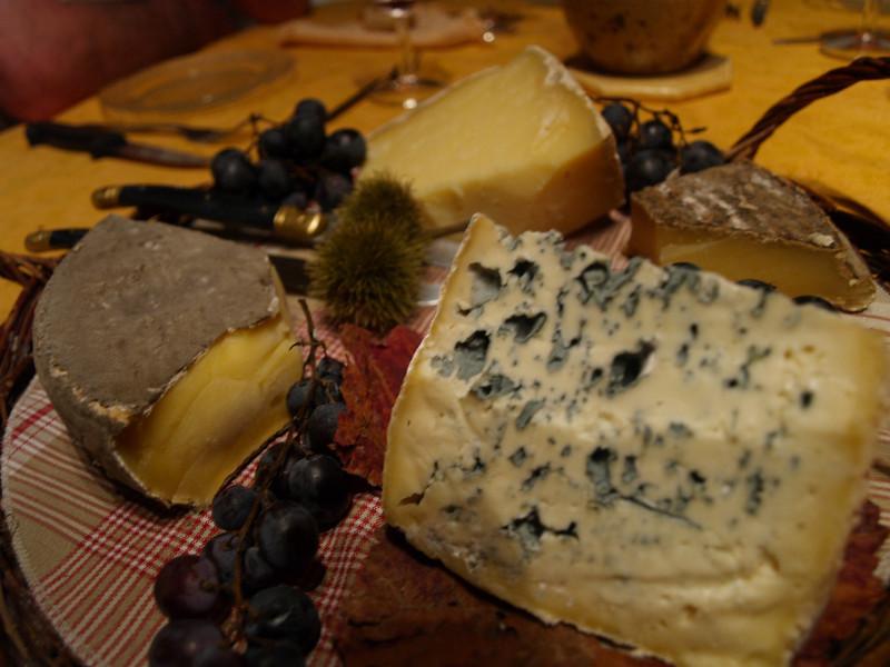 Quesos regionales, Blue d'Auvergne, Cantal, Salers y Saint Nectaire. Los postres de una casa rural.