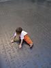 Diego en una reproduccion de la piedra de rosetta
