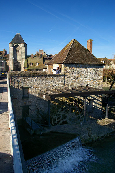 Moret sur Loing - old waterwheel beside the bridge, artist at work