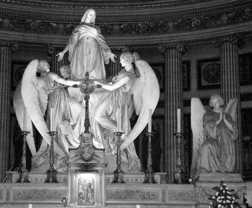 Behind the altar is a large statue depicting the ascension of Mary Magdalene. It was built in 1837 by Charles Marochetti.