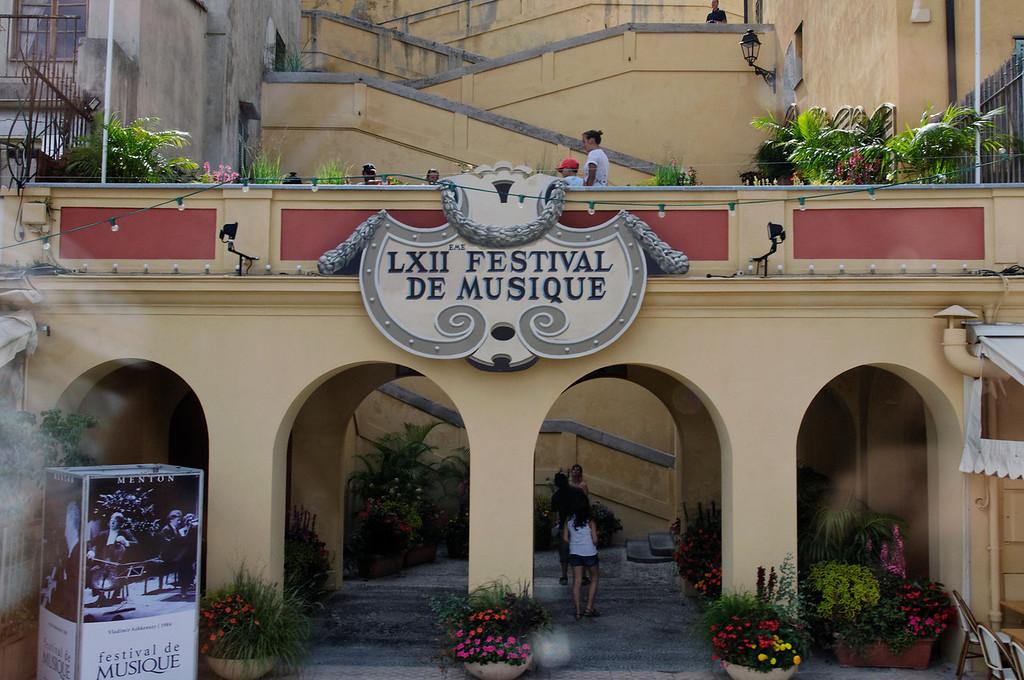Menton, Está situada quase na fronteira italiana, a meio caminho da cidade italiana de Ventimiglia e o principado do Mónaco