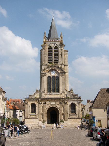 The construction of  Saint Pierre in Montfort-l'Amaury  began under Amaury I in the middle of the 11th century, but in 1491, when Anne de Bretagne, Countess of Montfort, became queen of France, one of her first thoughts was to replace the church  with a building of a more modern architecture,