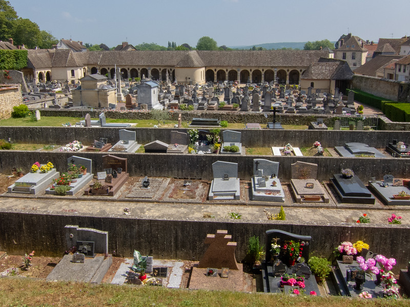The Montfort l'Amaury Cemetery was built in the 16th and 17th centuries when the original one near the church was filled. I saw a notice requiring the owner of a tomb to go to the city hall because payment for the concession had expired.