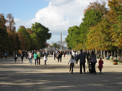 Lovely day for a stroll through the Tuileries Garden, book-ended by impressive sights (the Louvre and Arc de Triomphe).