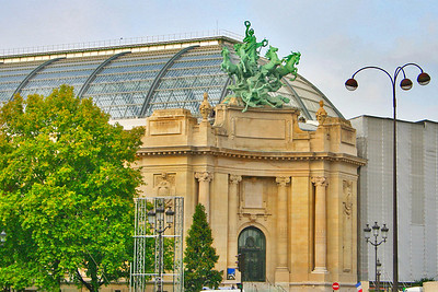 An entrance from Place Clemenceau into the Grand Palais.