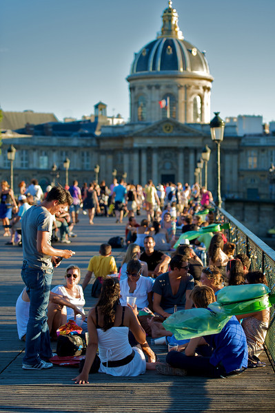 In the evening, friends gather with wine and cheese on the lawns, parks and even bridges to enjoy time together.
