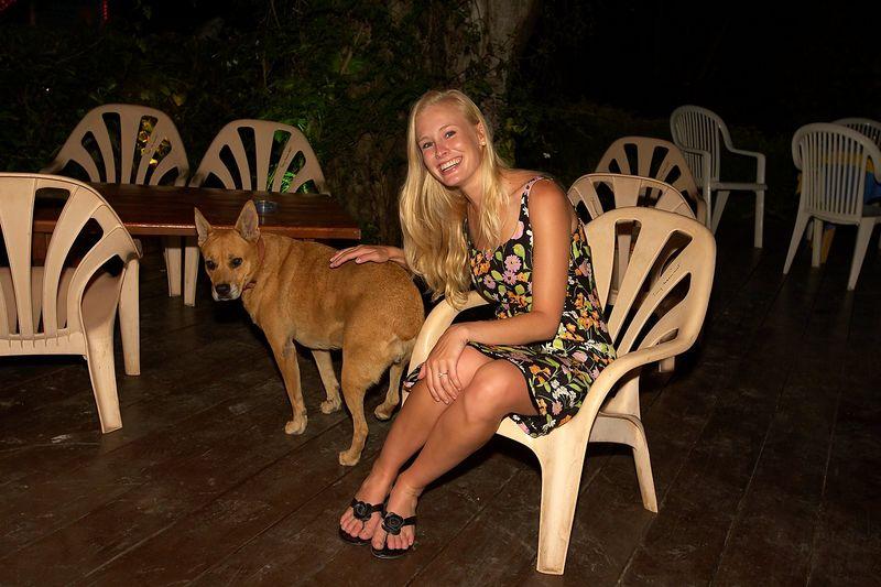 Krissy Gossman with a stray dog (Moorea - Les Timpaniers Restaurant)