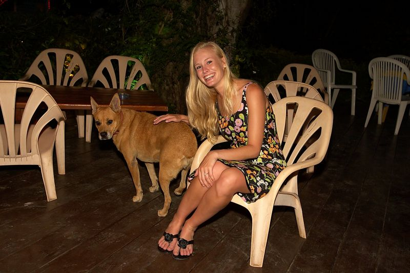 Krissy Gossman with a stray dog (Moorea - Les Timpaniers Restaurant)