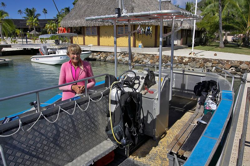 Valerie Taylor, ready to dive (Moorea - Bathy's Club)