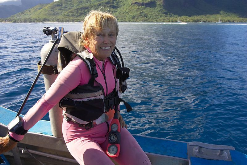 Valerie Taylor gets ready to dive (Moorea - Bathy's Club)