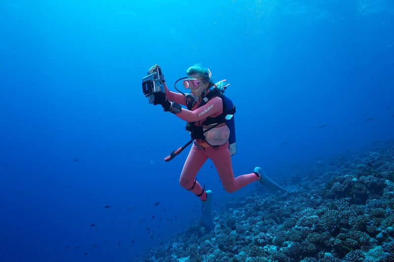 Valerie Taylor with camera (Rangiroa - Avatura Pass Corner)