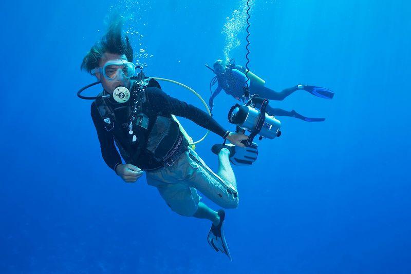 Seb and Pat drift along during a drift dive (Rangiroa - Tiputa Pass Drift)