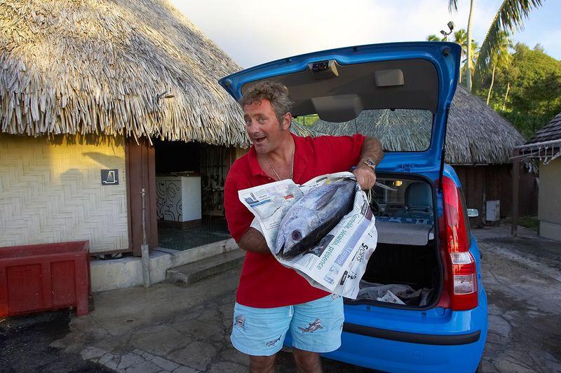 Douglas brings tuna to Bathy's (Moorea - Bathy's Club)