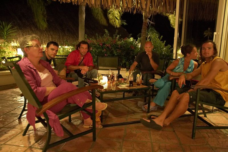 Hanging out with Guillaume's friends: Sandi, Guillaume, Pef, Renaud (Moorea - Topside)