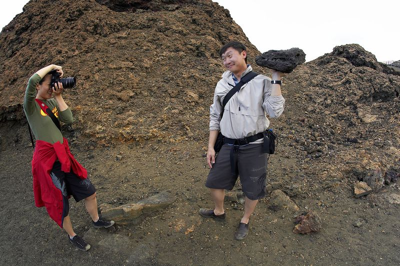 Lena and Paul, playing with lava rock (Galapagos - Bartolome)