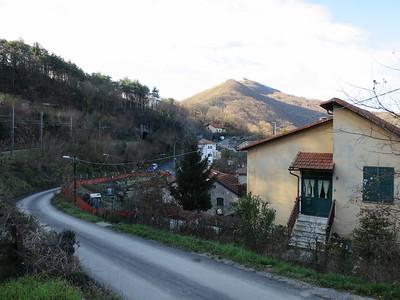 Met de tram omhoog, terug wandelen naar Genua