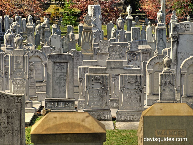 Closely spaced graves in Jewish section, Oakland Cemetery