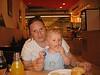 Tim und Tini beim Leberkässemmel essen